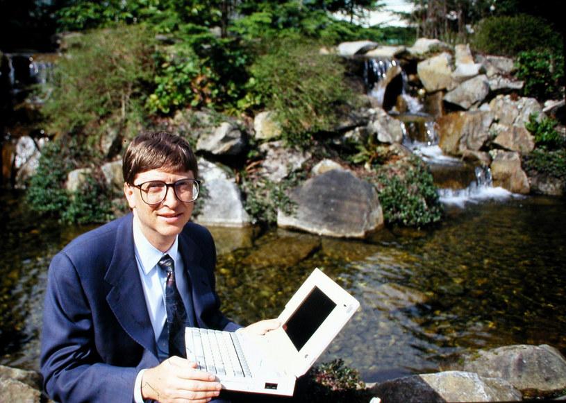 Bill Gates w 1995. To wtedy pojawiły się na świecie pierwsze osoby uzależnione od Internetu /East News