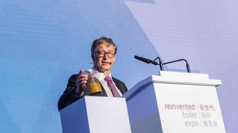 Bill Gates z pojemnikiem z ludzkimi odchodami /Fot. Gates Archive /materiały prasowe