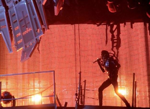"Bill Kaulitz (Tokio Hotel) na scenie podczas trasy ""Welcome To Humanoid City"" /Universal Music Polska"