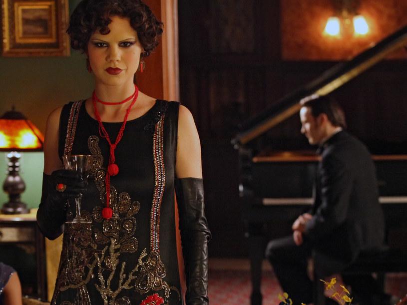"""Bill nie zawsze był grzeczny. Na początku życia """"po przemianie"""", wraz z (zakochaną w nim po uszy) Loreną, korzystali  z uroków wampirzego życia.. Do czasu, aż Bill  opuścił swą """"stwórczynię"""". Kobieta pragnie zemsty. W końcówce drugiego sezonu porywa  eks-kochanka i... /materiały prasowe"""