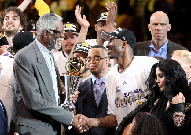 Bill Russell wręcza nagrodę MVP Kobe Bryantowi /AFP