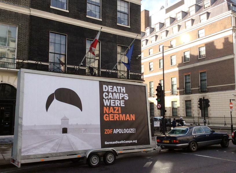 Billboard pokazano przed siedzibą BBC w Londynie /Jakub Krupa /PAP