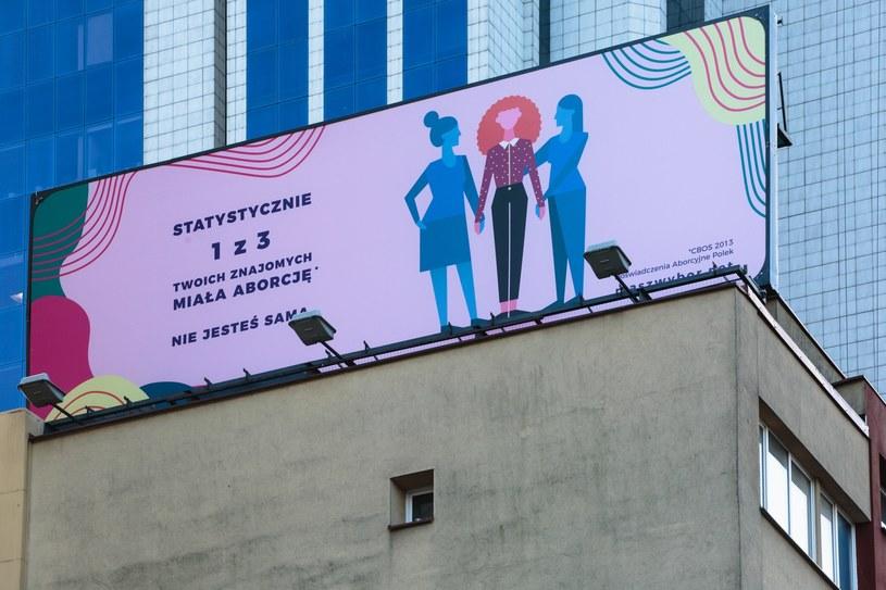 """Billboard """"Statystycznie 1 z 3 twoich znajomych miała aborcje"""" przy Alajach Jerozolimskich w ramach akcji """"Nie jesteś sama"""" /Michał Wendel /Reporter"""