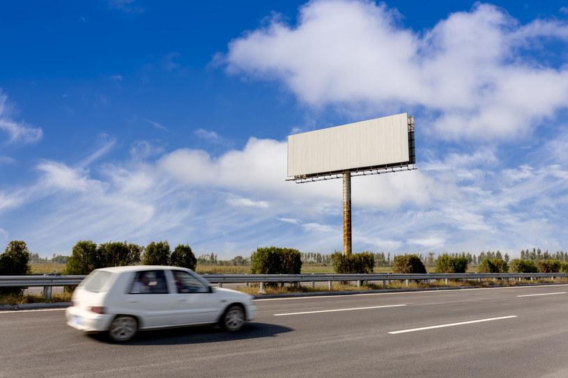 Billboardy będą rozpoznawać markę i model nadjeżdżającego samochodu /123RF/PICSEL