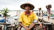 Birma: Uśmiech w kolorze bordo