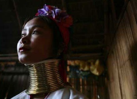 Birmańskie kobiety ( z plemienia Padaung) słyną z najdłuższych na świecie szyj /Getty Images/Flash Press Media