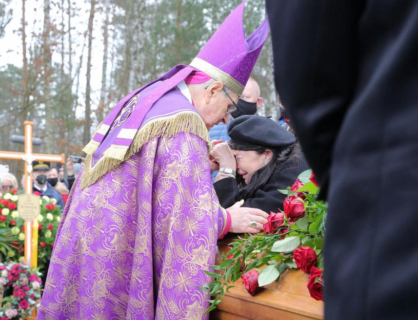 Biskup Długosz i wdowa po Krawczyku podczas pogrzebu /Piotr Molecki /East News