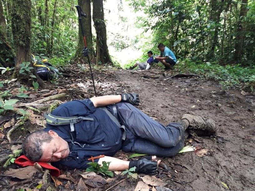 Biskup Javier Román Arias śpi na błotnistej ścieżce w dżungli /Monseñor Javier Román Arias /facebook.com