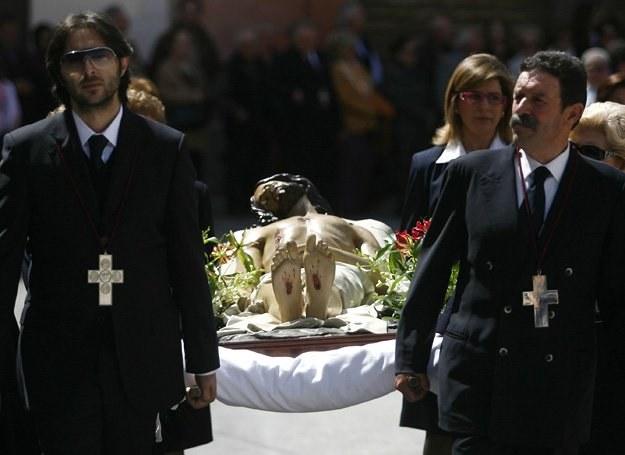 Biskup Kalabrii nie chce już widzieć mafiosów niosących figurę Chrystusa na procesji... /AFP