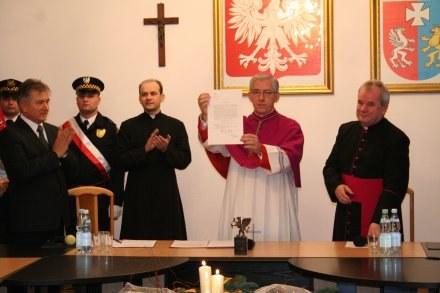 Biskup Wiktor Skworc prezentuje zebranym dekret wydany przez Stolicę Apostolską /Obserwator Lokalny