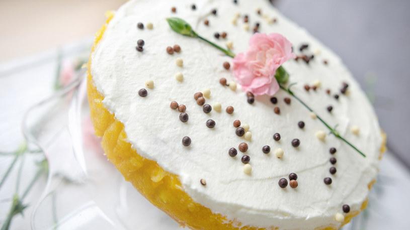 Biszkopt z brzoskwiniami i bitą śmietaną to pyszne i łatwe ciasto /INTERIA.PL