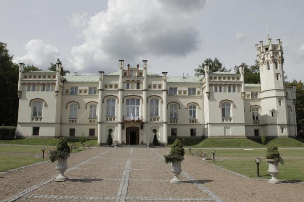 Pierwszy odcinek kręcono w malowniczym pałacu w podkrakowskiej Paszkówce