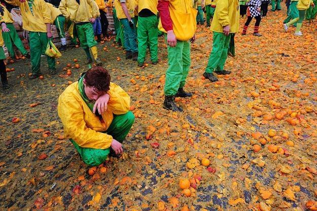 Bitwa, podczas której marnuje się setki kilogramów owoców /AFP