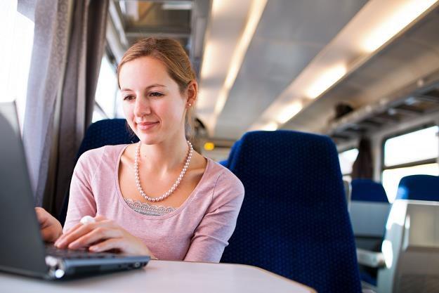 Biuro w wagonie superszybkiego pociągu.. /©123RF/PICSEL