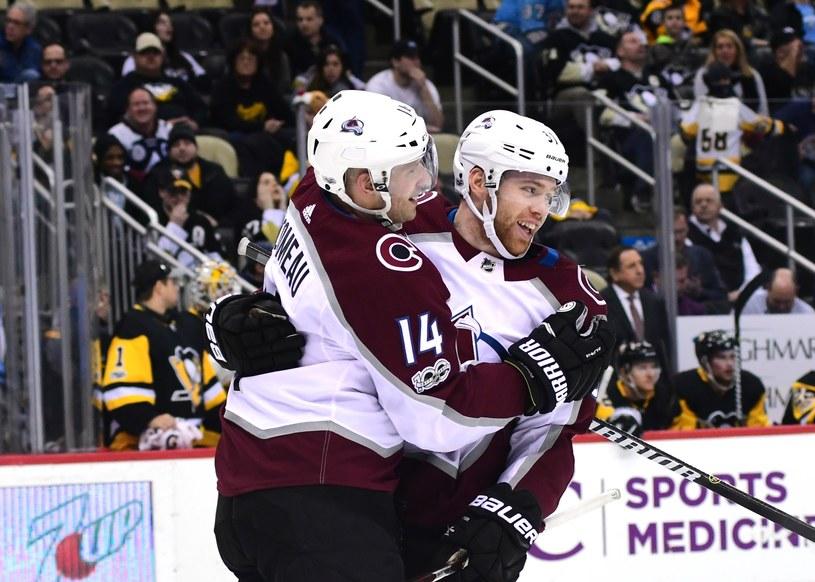 Blake Comeau (z lewej) i J.T. Compher z Colorado Avalanche cieszą się po bramce w meczu z Pittsburgh Penguins /AFP