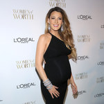 Blake Lively chwali się na ściance ciążowym brzuszkiem!