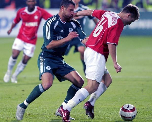 Błaszczykowski i Papadopoulos walczą o piłkę. Wisła-PAO 3:1 /AFP