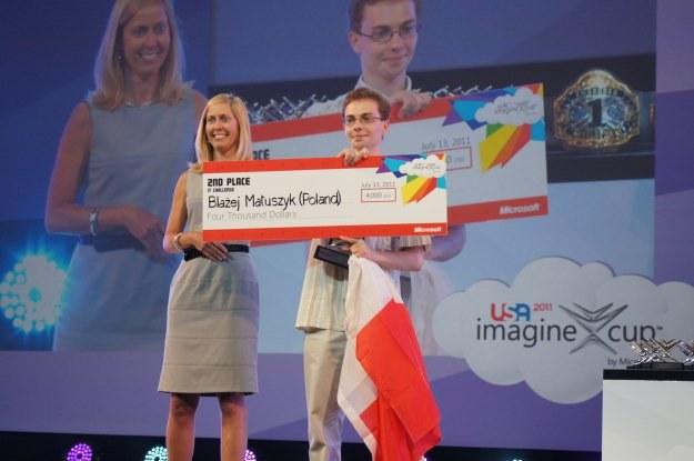 Błażej Matuszyk odbiera nagrodę na drugie miejsce - czek na 4 tys. dolarów /INTERIA.PL