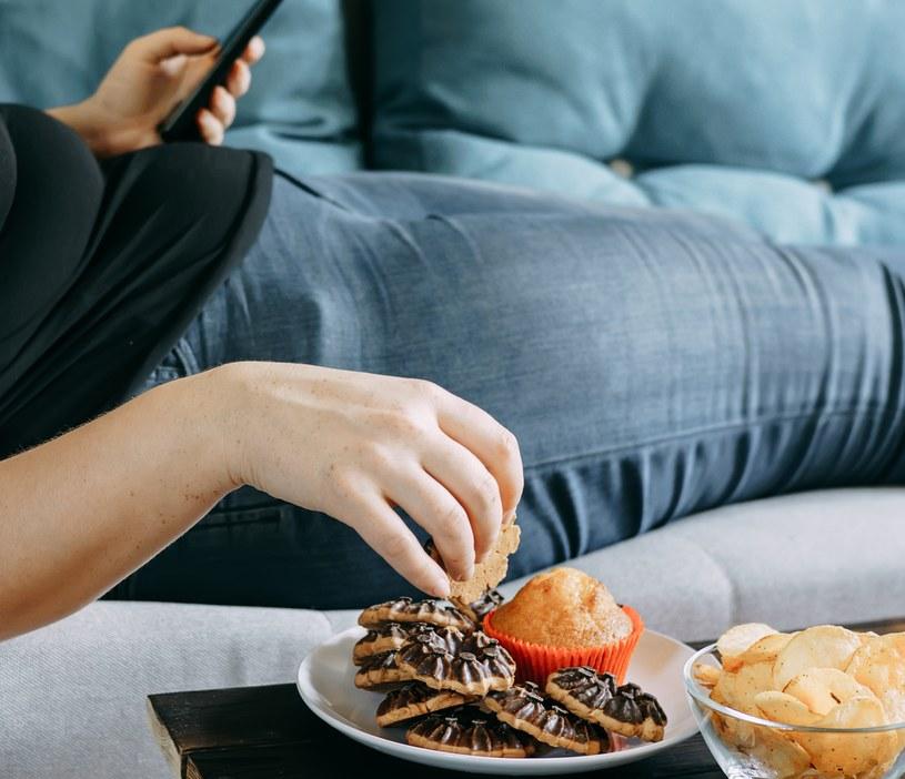 Błędy dietetyczne i brak ruchu są przyczyną większości zaparć /123RF/PICSEL