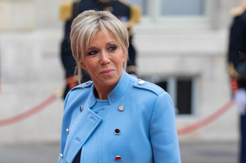 Błękit, wbrew pozorom, dobrze sprawdzi się również podczas oficjalnych spotkań. Na zdjęciu: Brigitte Macron wybrała niebieski komplet na inaugurację prezydentury Emmanuela Macrona /Christophe Morin/IP3/Getty Images /Getty Images