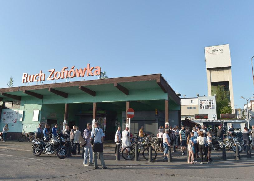 Bliscy górników i mieszkańcy Jastrzębia przed kopalnią Zofiówka /LUKASZ KALINOWSKI /East News
