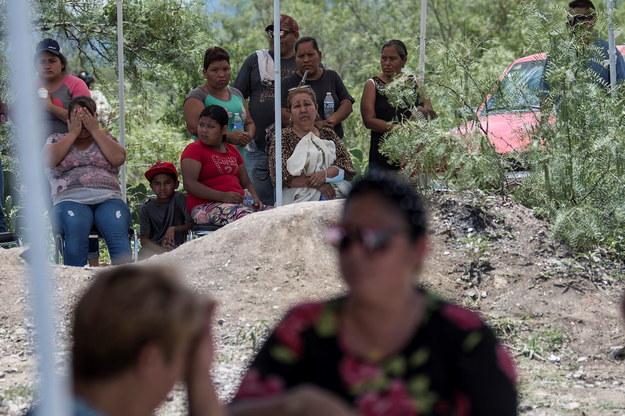 Bliscy górników przed kopalnią /MIGUEL SIERRA /PAP/EPA