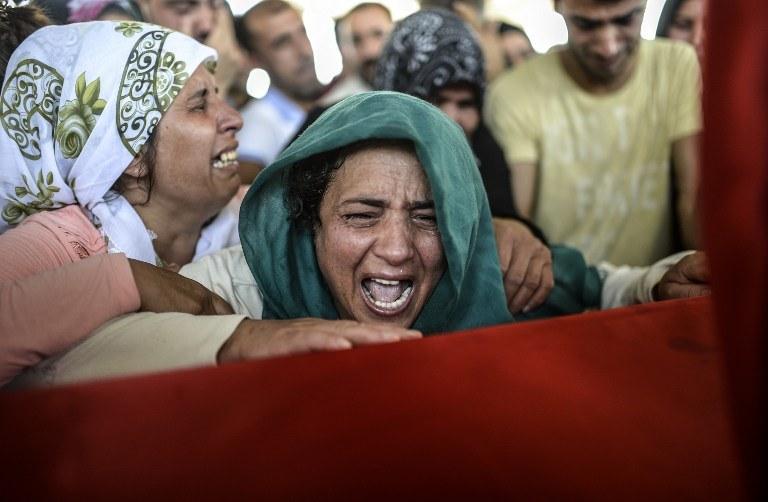 Bliscy nad trumnami ofiar zamachu w Suruc /BULENT KILIC / AFP /AFP