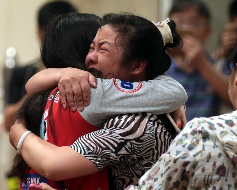 Bliscy opłakują ofiary katastrofy /PAP/EPA