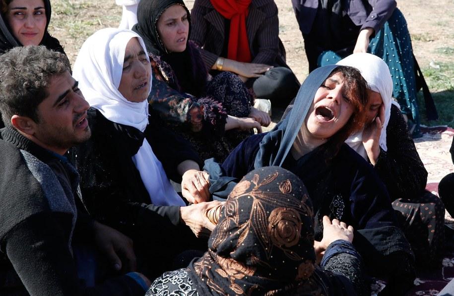 Bliscy osób, które zginęły w trzęsieniu /Abedin Taherkenareh   /PAP/EPA