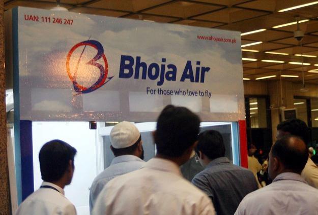 Bliscy pasażerów samolotu czekają na lotnisku na kolejne informacje o katastrofie /PAP/EPA