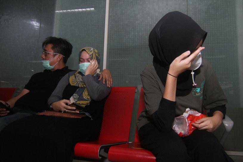 Bliscy pasażerów zaginionego samolotu na lotnisku w Dżakarcie /LOUIS ANDERSON /East News