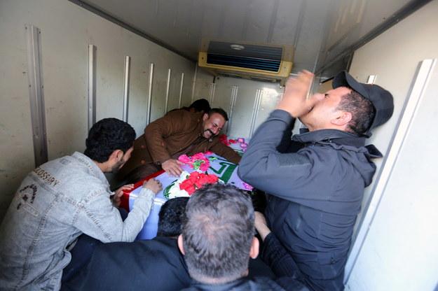 Bliscy rozpaczają nad trumną mężczyzny zabitego podczas nalotów USA / AHMED JALIL    /PAP/EPA