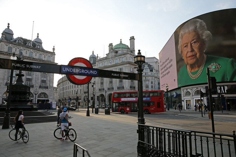 Blisko dwie trzecie Brytyjczyków popiera stworzenie rządu jedności narodowej, w którego skład weszliby politycy opozycji /Isabel Infantes / AFP /AFP