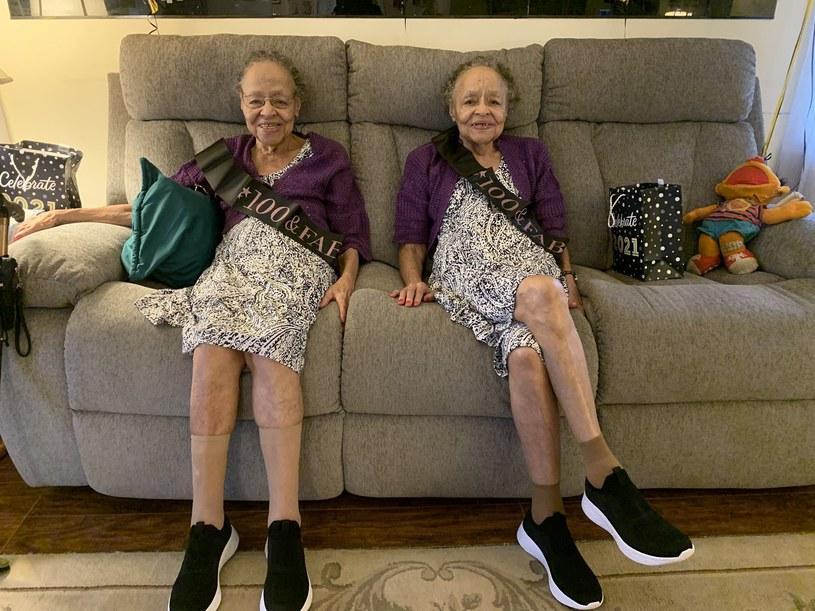 Bliźniaczki skończyły 100 lat i cieszą się wyjątkowym zdrowiem i pogodą ducha /Twitter.com / @Ama_A_Asmah /INTERIA.PL