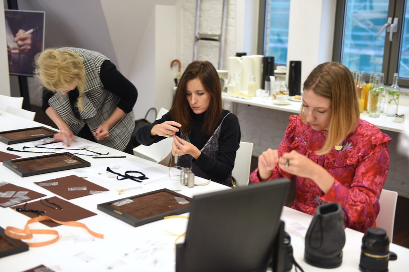 Blogerki na warsztatach biżuteryjnych /Styl.pl/materiały prasowe