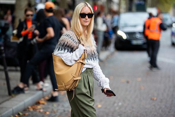 Blogerki przyszły w swetrach z wzorem Fair Isle na pokaz mody /Contributor /Getty Images