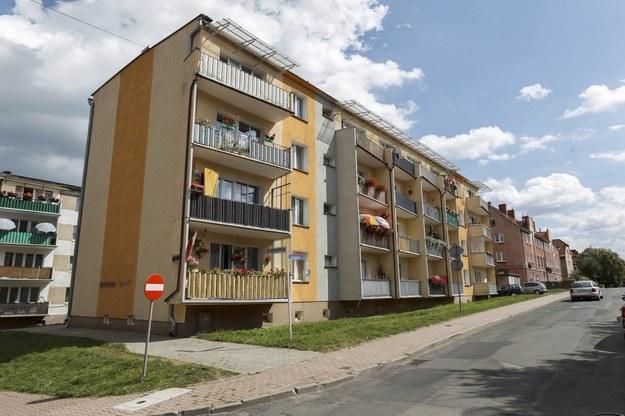Blok mieszkalny w Kamiennej Górze na Dolnym Śląsku, w którym miał miejsce wybuch gazu /Aleksander Koźmiński /PAP
