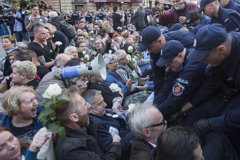 Blokada lipcowego przemarszu podczas obchodów miesięcznicy katastrofy smoleńskiej w Warszawie /Marek M Berezowski/REPORTER /Reporter
