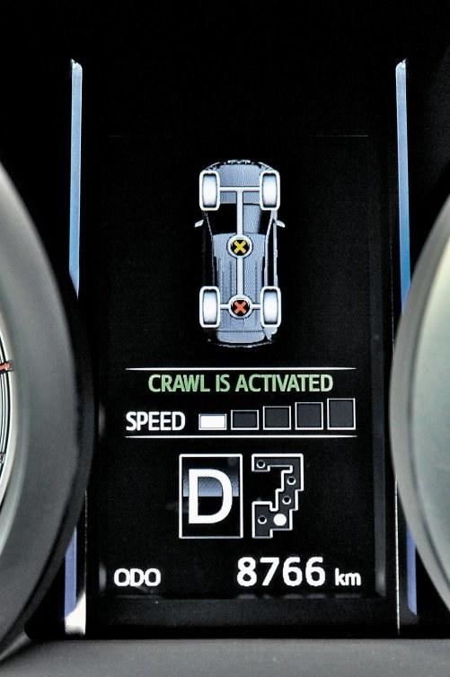 Blokady centralnego i tylnego mechanizmu różnicowego pozwalają wykorzystać resztki przyczepności. Tryb Crawl Control utrzymuje stałą, niską prędkość w terenie. Oferuje on możliwość wyboru jednej z pięciu prędkości pełzania. /Motor