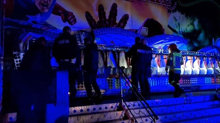 Blokady odpięły się na wysokości trzech metrów i z siedzeń wypadły dwie osoby /Polsat News