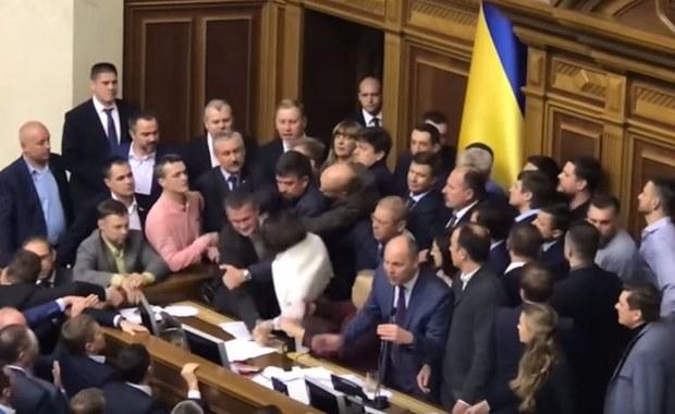 Blokowanie prezydium, przepychanki, wyrywanie mikrofonów. Chaos na obradach ukraińskiego parlamentu