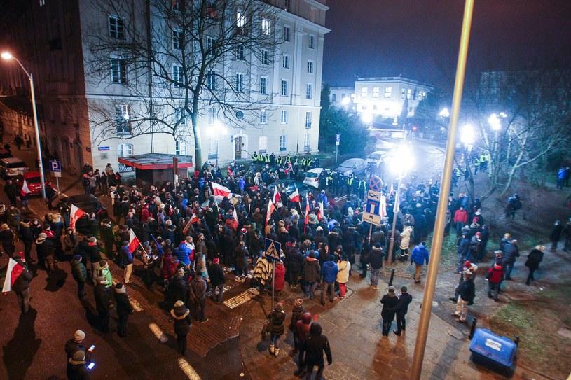 Blokowanie wyjazdu polityków sprzed Sejmu - 16.12.2016 /Piotr Grzybowski /East News