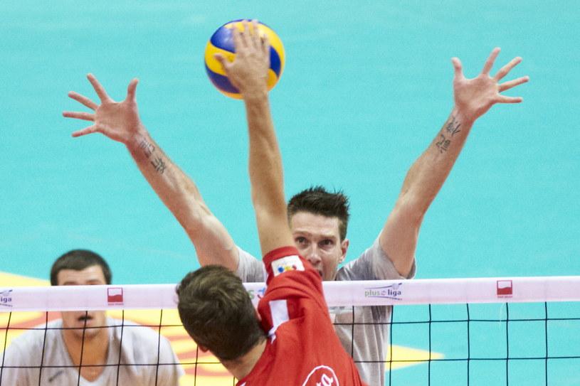 Blokuje były gracz reprezentacji Polski, obecnie Szachciora Soligorsk Łukasz Kadziewicz (za siatką) /Adam Warżawa /PAP