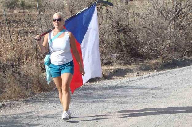 Blondwłosa Czeszka, samotnie maszerująca z przyczepioną do kija hokejowego flagą narodową /INTERIA.PL