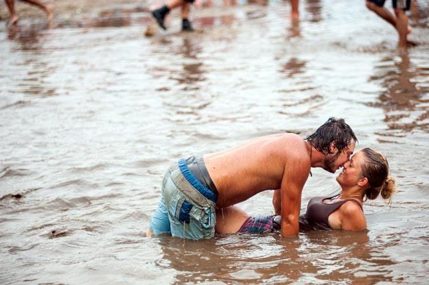 Błoto jako afrodyzjak od początku Przystanku Woodstock (1998 r., fot. Marek Lapis) /Agencja FORUM