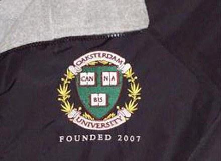 Bluza z logo uniwersytetu. Fot.: oaksterdamuniversity.com /Internet