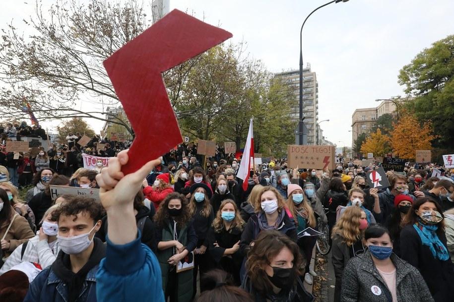 Błyskawica: symbol protestów w ramach Strajku Kobiet (tutaj: prezentowana na demonstracji przed gmachem Sejmu w Warszawie) /Paweł Supernak /PAP