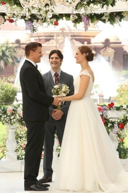 Błyskawicznie zorganizowany ślub odbędzie się w ogrodzie Instytutu Jeffersona. Mistrzem ceremonii niespodziewanie zostanie Aldo (Mather Zickel), były ksiądz i przyjaciel Bootha. /materiały prasowe