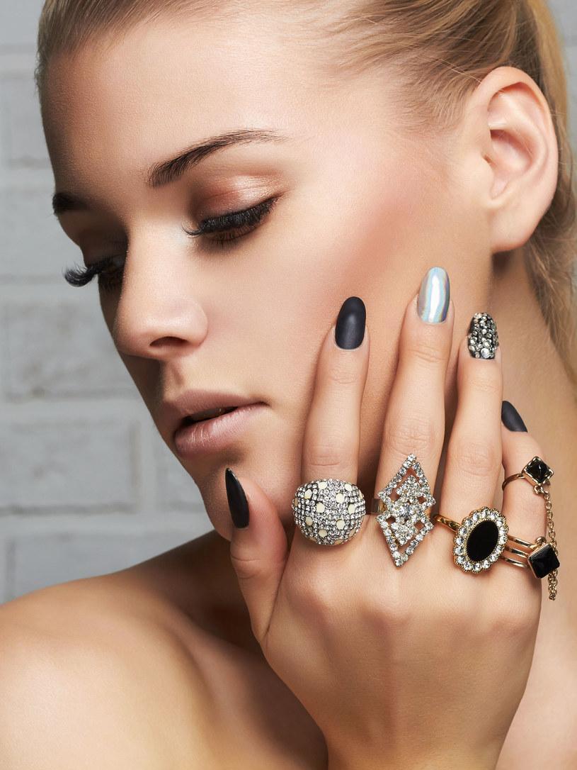 Błyszczące paznokcie znów są modne. Trendy mają to do siebie, że lubią powracać! /123RF/PICSEL