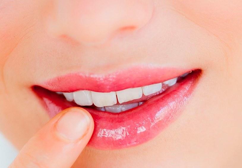 błyszczyk na ustach /© Photogenica